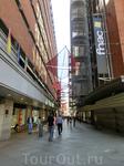 От площади отходят узкие улочки, на которых разместилось множество кафе и магазинов. По испанский традиции летом их затеняют вот такими навесами.