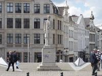 Брюссель  Верхний  город.  Памятник     герцогине  Елизаветте( Элизабет)  Баварской, на  которой   в  1900 году  женился  король  Бельгии Альберт I/