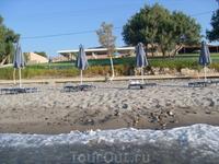 На этом пляже мы отдыхали.Дно у берега каменистое.