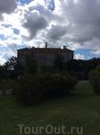ВЕСЬ! замок украшен росписью в стиле сграфитто!!!