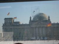 Рейхстаг,не очень четко из окна,но не суть,а то что посещение в стеклянный купол прекратилось!В прошлый год не успели,а теперь и вовсе не попасть!