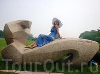 Парк Синхай, монумент в виде змеи..