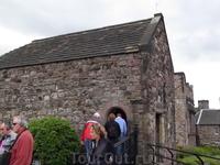 Это самая старая и самая престижная церквушка в замке, в ней местные заключают браки, наверное то что на высоте, ближе к небесам и все такое...