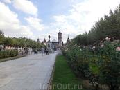 Мы выходим на довольно большую центральную площадь - площадь Сервантеса. ( 11.900 m² - 200 в длину и 60 метров в ширину).Очень уютная, с огромными клумбами ...