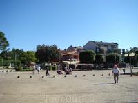 """Слева, за кадром, площадка разворота туристических """"паровозиков"""", здесь начало набережной старого города- главный променад для отдыхающих. Кафе магазинчики ..."""