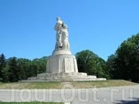 Памятник поставлен вроде болгарским воинам. Советским воинам поставлен шикарный курган на выезде из Варны.