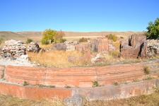 Обширная территория монастыря тщательно окружена остатками грубо сложенной ограды, где вполне можно обнаружить четкие фрагменты древних монастырских построек ...