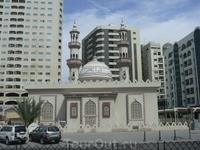 Занимательно- маленькая мечеть в окружении многоэтажек