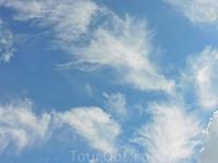 Как я уже писала, нам очень повезло с погодой в этот день: было солнечно и по небу плавали вот такие красивые облачка.