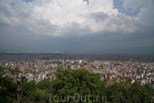 вид на город с Сваямбунатх. этот храмовый комплекс и ступа находится на высокой горе к западу от города, чтобы подняться на неё, надо преодолеть 365 ступеней ...