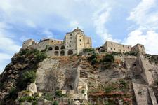Арагонский замок (итал. Castello Aragonese) — расположен в Италии на острове Искья на конусе вулканической лавы, возвышающейся из моря. Крепость строилась и перестраивалась, начиная с V века до н.э. Н