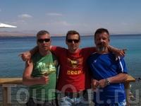 В центре творческий дайв-гид из Эйлата Вадим Савченко , справа Валера из Южно Сахалинска , слева я.За нами в дымке берег Иордании.