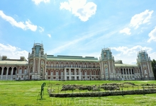 Дворец очень большой, его тоже сложно поймать целиком в кадр