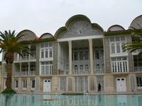 Ботанический сад Центральное здание - дворец 19-го века, построенный на средства Насир аль-Мулька  Фасад украшен семицветной мозаикой по мотивам произведений ...