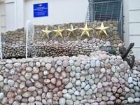 Необычный памятник Сантехнику.Расположен во дворе Цума,скрыт от посторонних глаз