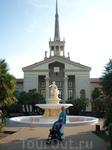 Неподалеку от здания морвокзала у статуи Нептуну