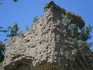 лестницу к озеру славу обрамляют вот такие  стены- скалы из  героических скульптур и барельефов
