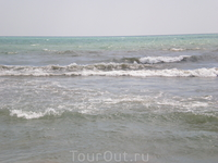 Черное море. Довольно часто были сильные волны и на вышке висел красный флаг. В эти дни спасатели гоняли народ из некоторых опасных мест:)