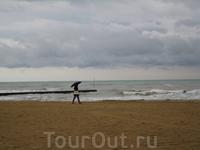 первых три дня проходили с зонтами)))