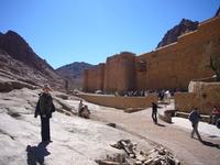 Монастырь Святой Екатерины расположен на высоте 1570 м в долине между горами Моисея, Екатерины и Сафсафа
