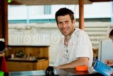 Бармен Бобби в баре на пляже