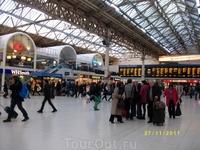 На вокзале Виктория всегда много спешащих людей