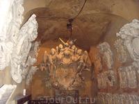 Основан в 1922 году, и все внутри выглядет так же, на стенах висят медальоны педагов, духом знаний веет отовсюду))