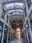 Галерея представляет из себя два коридора, в те времена они освещались газовыми светильниками. Коридоры покрыты крышей из стекла и металла.