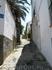 А это улочки Кадакеса, которые взбираются вверх. Признаюсь, подъем довольно крутой, я даже немного подустала. Естественно, проехать здесь можно только ...
