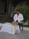 дедушка продает символ Туниса - жасмин