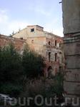 наткнулись на развалины какого-то здания...