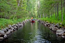 Каналы созданы монахами и соединяют систему озер.