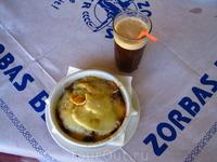 мой любимый критский обед - фраппе и мусака! (фото сделано также в Спили)