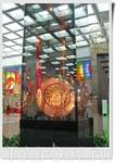 На верхней площадке Парадной лестницы, перед Залом Славы, находится художественно-декоративная композиция «Щит и Меч Победы». В освещённой витрине представлены ...