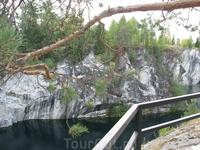 Рускеала. Мраморный карьер. Прозрачность воды достигает 15-18 метров. На дне видны затопленные глыбы мрамора, которые не успели вывезти. А также брошенный ...