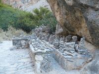 Изначально эти каменные фигурки принимала как игру, или чья-то фантазия туриста.Потом столкнулась в ущелье Самарья.Это метки показывают границу -ТУДА ходи ...
