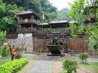 После Южной китайской стены хотели заехать и посмотреть пещеру Чилян. Но увы, ливни сделали свое грязное дело - пещера была вся залита и закрыта на замок ...