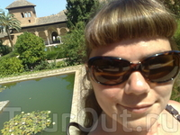 На территории дворцового ансамбля Альгамбра в Гранаде (автофотопортрет). К слову, один из плюсов таких вот организованных экскурсий по югу Испании состоит в том, что желающим посетить самостоятельно т