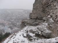 Стоя на краю этого обрыва под пронизывающим ветром и снегом, гид, одетый по-осеннему (как и все мы) стоически рассказывал нам историю этого замка