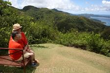 Осматриваем окрестности острова с горы. В первый день гид повел нас на самую высокую гору, с которой хорошие виды на остров, океан и побережье.
