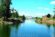 Суоменлинна, город крепость, в который можно попасть с торговой площади, что в центре, плыть на кораблике 15 мин. билет стоит 3.80 евро и действителен ...