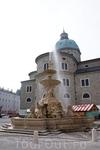 фонтан в центре, перед старой ратушей
