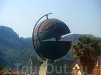 Открытая жемчужина является символом города, так как Мармарис часто называют жемчужиной Эгейского побережья Турции