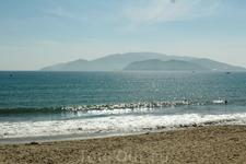 Вид с пляжа отеля Ясака на остров Винперл.