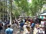 А это знаменитая улица Рамбла.. торговцы, художники, музыканты, живые скульптуры... и такое многоязычие вокруг! полная дружба народов!