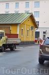 Вот такой старенький , деревянный домик встретился нам прямо в центре Хельсинки