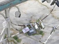 есть поверье: если оставить замок на металлической ограде мостика двум влюбленным - любовь будет крепкой; много замков там висит...