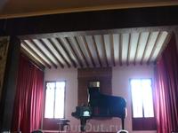 Здесь играют несколько произведений Шопена, который некоторое время жил здесь. Вальдемоса.