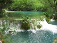 Каждое озеро переходит в следующее, образуя пенистые каскады и грохочущие водопады.