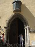 а это дверь в здании Большой Гильдии. Там сейчас находится музей. В Гильдию принимали купцов, имеющих хотя бы одно судно, иностранных партнёров и семью ...
